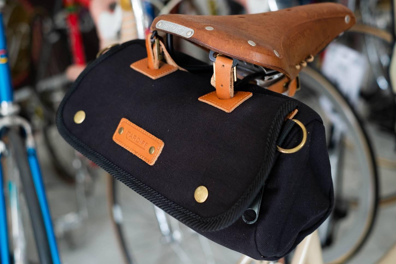La bolsa de silla de montar de Cardiff Kilgetty Roll Bag en negro
